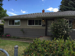 ! GREAT LOCATION 4 BEDROOM BUNGALOW/WITH GARAGE/PET FRIENDLY