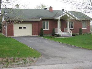 Maison unifamiliale ( bungalow) Rénové complètement en 1997