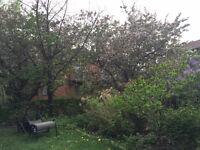 1523pi2 sur 2 étages avec beau jardin et garage privé