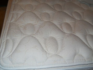 EXCELLENT condition KING Size Matt/Boxspring/Memory Foam Topper Kitchener / Waterloo Kitchener Area image 2