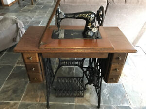 Antique 1906 Singer Treadle Sewing Machine in Wood Cabinet
