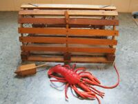 Cage à homard en bois avec homard