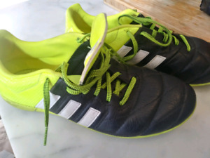 Indoor soccer shoes size 5 US