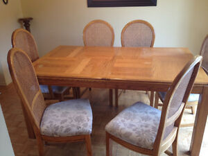 Dining Table & (4) chairs - Table & 4 chaises