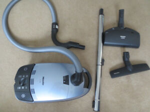 Miele Vacuum S 762 SILVER HARDLY USED  *BEST OFFER* - GREAT COND