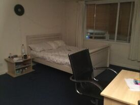 Large bedroom 7 mins from town