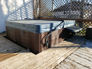 6 person hot tub 44 jets like new cond.