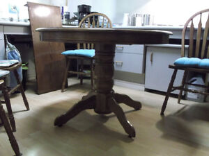 6 peice Dining Room Table + 4 Chairs + Table extension