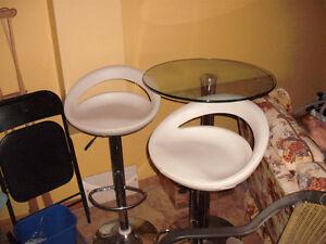 TABLE EN VERRE  AVEC PIED METALIQUE  2 CHAISE AJUSTABLE