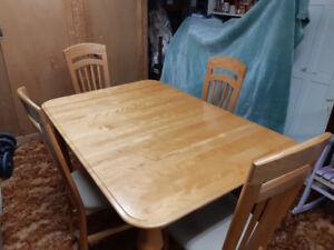 Mobilier de salle à manger en bois franc