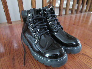 NEVER WORN: Women's Cougar Rock Boot, Size 7