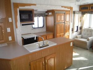 32 Foot Montana 5th Wheel - 3 tip outs Stratford Kitchener Area image 1