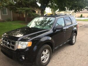 2010 FORD ESCAPE XLT- USB/AUX – HEATED LEATHER SEATS!