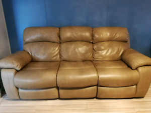 Absolutely Beautiful Dual Recliner Couch!