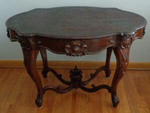 ANTIQUE VICTORIAN WOODEN TABLE