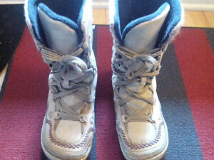 Sorel women's lace-up waterproof snow boots - size US 6.5