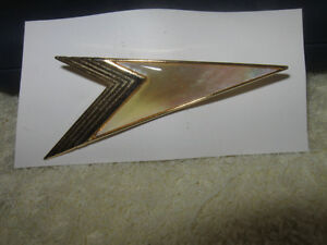 CLASSY VINTAGE GOLDTONE BROOCH from the '60's