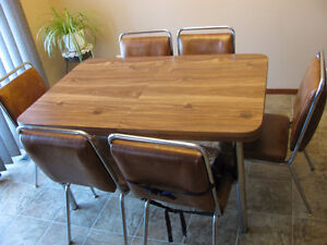 Dining Room Table/Leaf and 6 Chairs