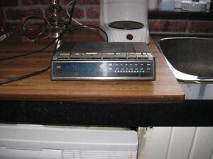 Vintage GE radio with alarm clock Peterborough Peterborough Area image 2