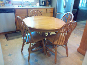 SOLID OAK PEDESTAL TABLE & 4 CHAIRS!!