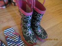 Bottes de pluie et plusieurs sandales, fille et garcon