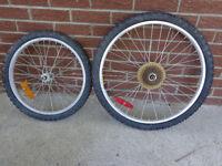 Roue en aluminium et pneux, 20 po et 24 po