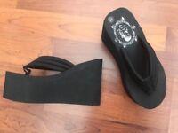 Flip flop high heels black sandals size 3.5
