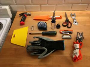 Divers Outils : marteau, ciseau, cutter, mètre, gants, tournevis