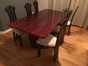 Dining Room Table in Excellent condition seats six or eight