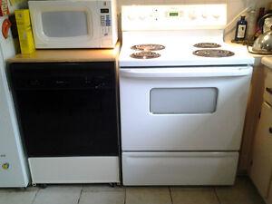 Frigidaire, cuisinière et lave-vaisselle portable, hotte