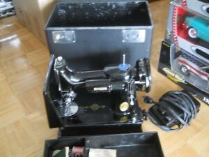 SINGER FEATHERWEIGHT 221-1 SEWING MACHINE w/ Case