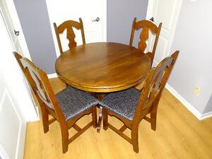 Table 42po + 1 panneau + 4 chaises