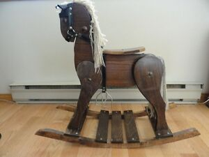 Cheval à bascule, en bois, à vendre.
