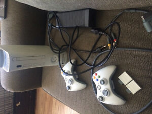 Xbox 360 + 2 controllers + 2 memory cards