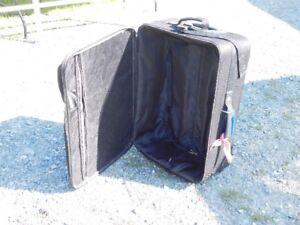 Grande valise noire en bon état