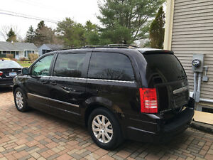 2010 Chrysler Town & Country Touring Van w/ Gold Plan Warranty