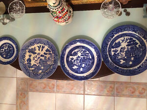 """4 Vintage """"YE OLDE WILLOW"""" Plates in Excellent Condition"""