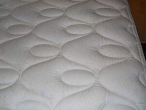 EXCELLENT condition KING Size Matt/Boxspring/Memory Foam Topper Kitchener / Waterloo Kitchener Area image 1