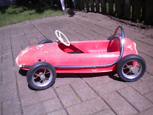 """VINTAGE CANADIAN """"THISTLE"""" RED PLASTIC  PEDDLE SPORTS CAR"""