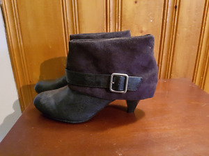 Heeled boots with buckle