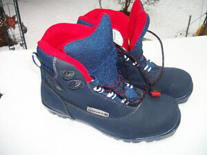 ROSSIGNOL CROSS COUNTRY SKI BOOTS.