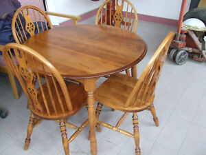 VERY NICE ROUND MAPLE TABLE AND 4 CHAIRS