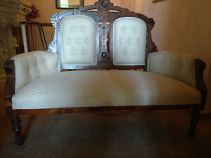 BEAUTIFUL ANTIQUE VICTORIAN CARVED SETTEE