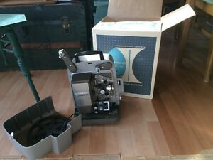 Projecteur 8mm Bell and Howell antique avec ecran West Island Greater Montréal image 1