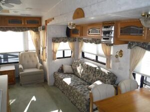 32 Foot Montana 5th Wheel - 3 tip outs Stratford Kitchener Area image 2
