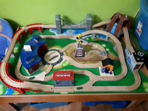 Table de trains en bois pour enfant