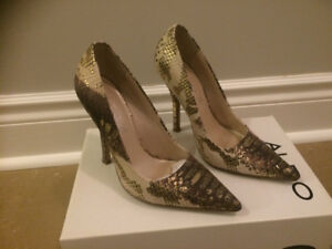 LEATHER GOLD PATTERNED STILETTOS FOR SALE.  SIZE 5