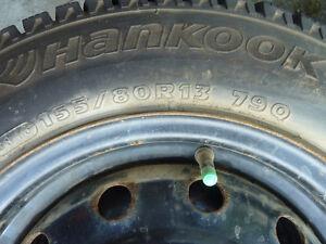 4 pneux d'hiver cloutés 155/80 R13 avec jantes 4 trous
