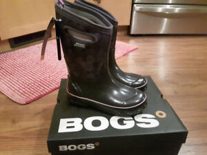 brand new kids winter Boggs size 3.