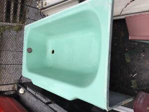 Bain antique en fonte de couleur vert pastel.